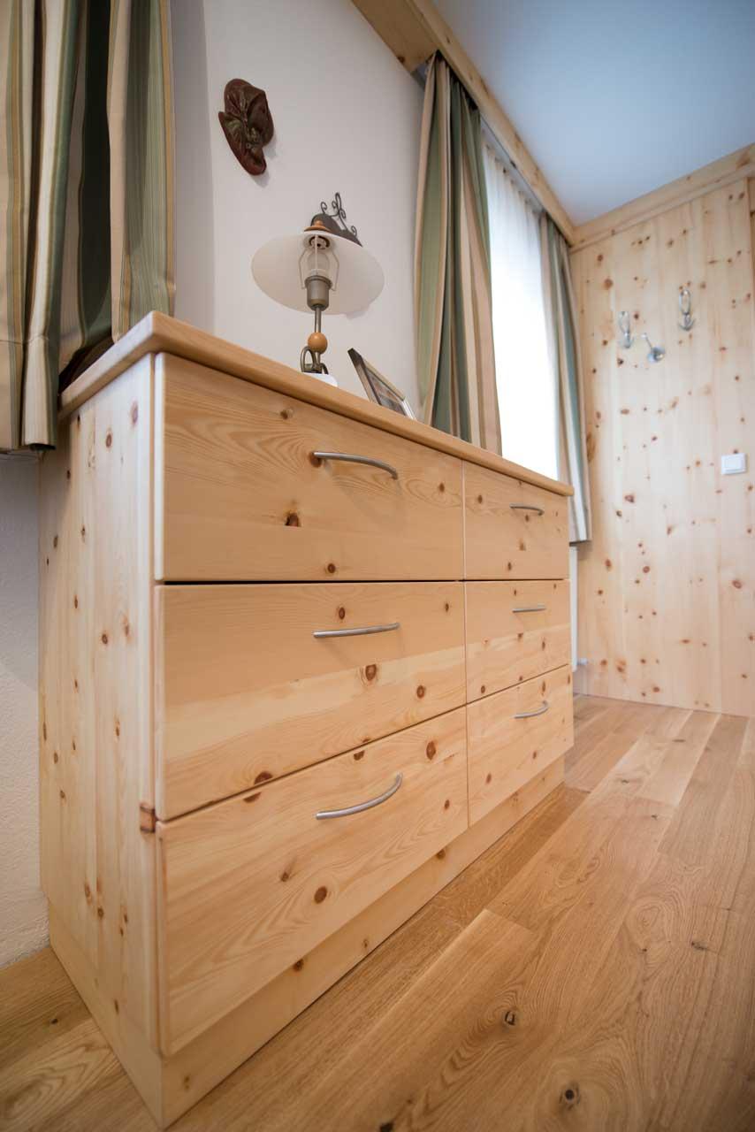 Harmonisches Zusammenspiel Aus Holz Und Bodenbelag. Schlafzimmer In  Massivzirbenholz